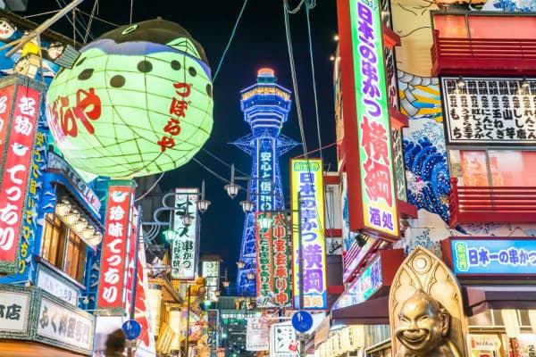 Zuboraya's kogelvis van papieren lantaarns getoond opgehangen buiten het restaurant in de straat in Osaka, Japan