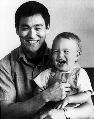 Bruce Lee juntamente de seu filho, Brandon Lee, quando criança.