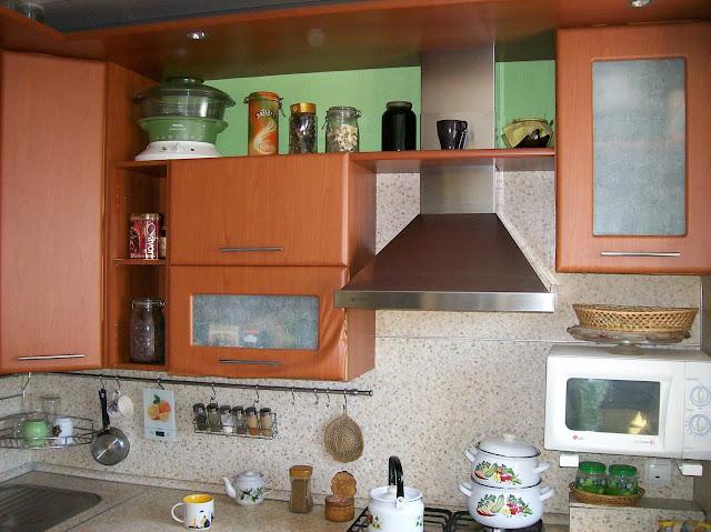 переделка покраска декупаж кухонной мебели своими руками: кухня старая: с фасадов отклеивается плёнка, цвет тёмный...