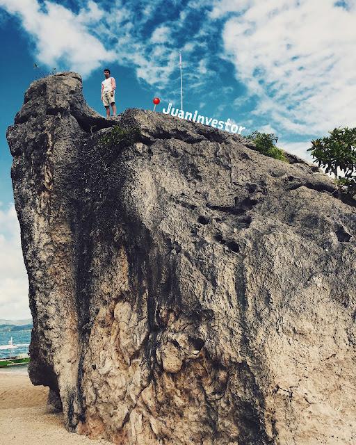 juaninvestor-climbing-a-rock-in-borawan