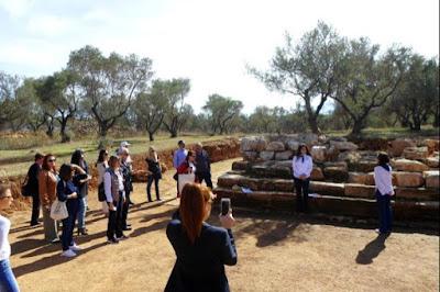 Υιοθετώντας το αρχαίο θέατρο της Απτέρας… μία πράξη αφύπνισης