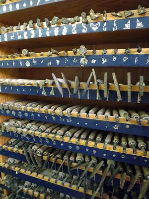 prateleiras de ferramentas para encadernação de livros