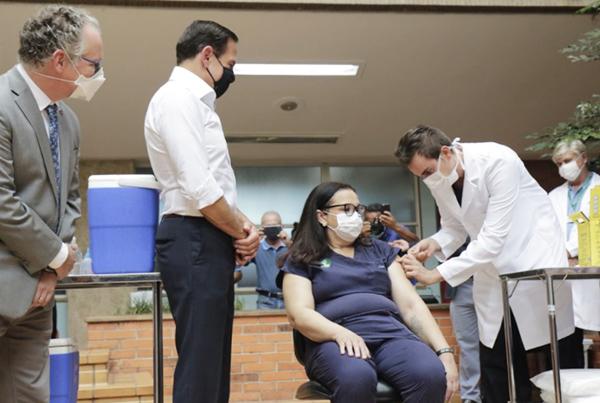 A técnica de enfermagem Liane Santana, do HC de Campinas (Unicamp), foi a primeira pessoa vacinada contra a covid-19 no interior de SP