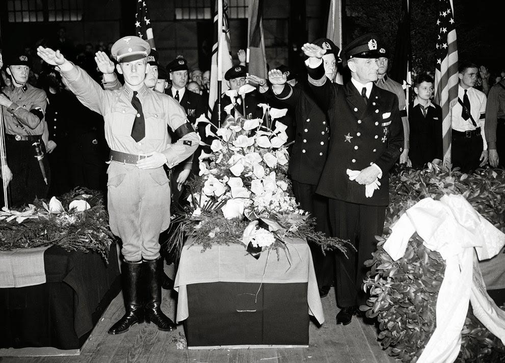 Los soldados alemanes dan el saludo mientras están de pie junto al ataúd del capitán. Ernest A. Lehmann, ex comandante del zepelín Hindenburg.
