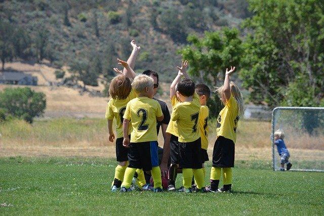 Kinder als Team beim Sport