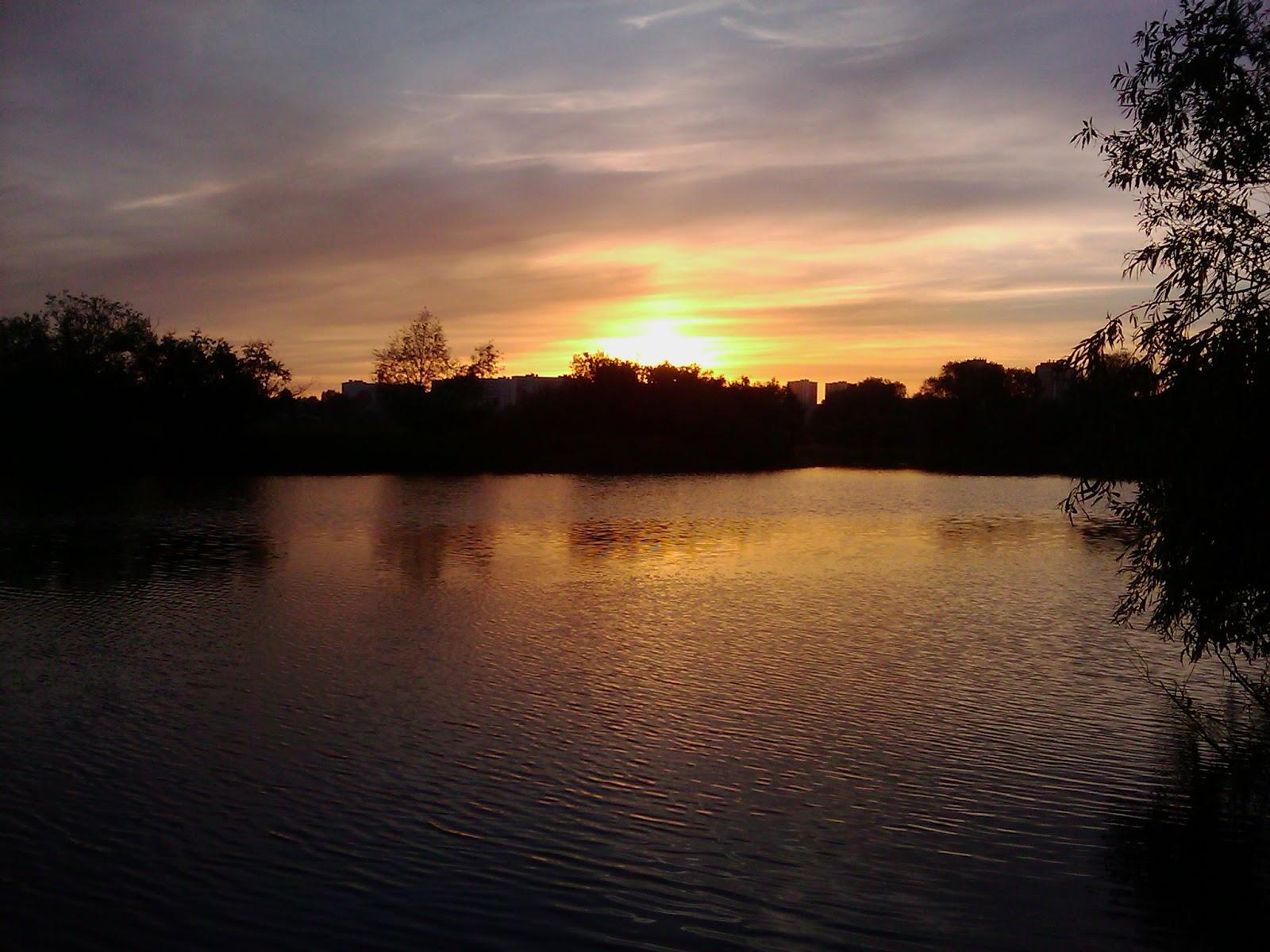 Оранжевый закат солнца над рекой