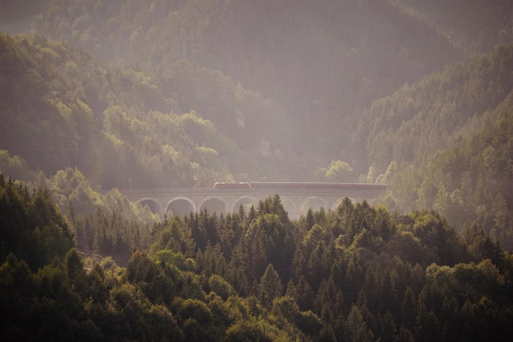 Vlak projíždějící po viaduktu rakouského Semmeringu
