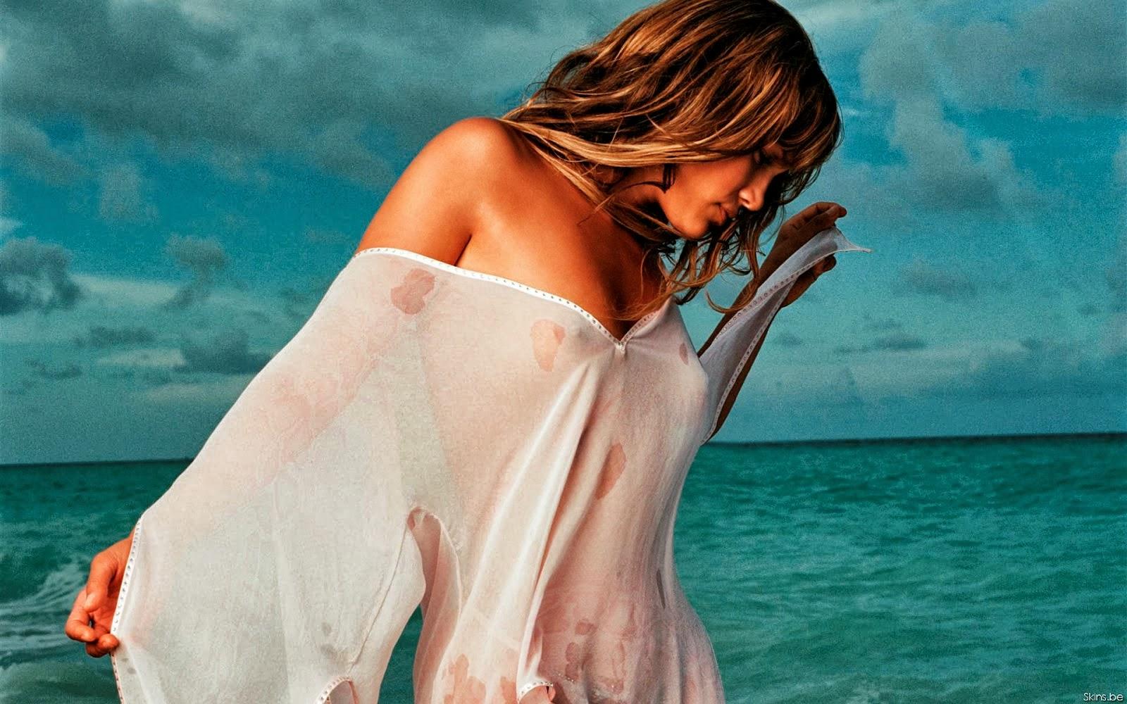 Попка девушка в прозрачном мокром платье
