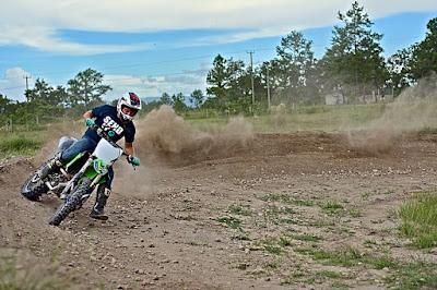 How to corner on a dirt bike (slick turn )