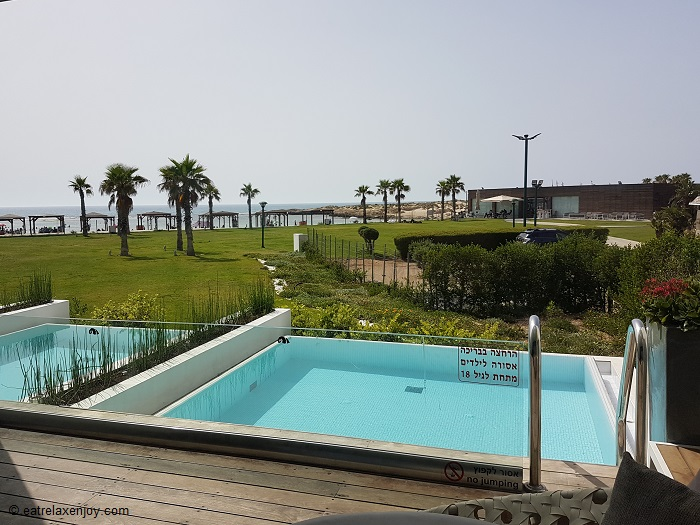 מלון חוף נחשולים – בריכה פרטית מול הים