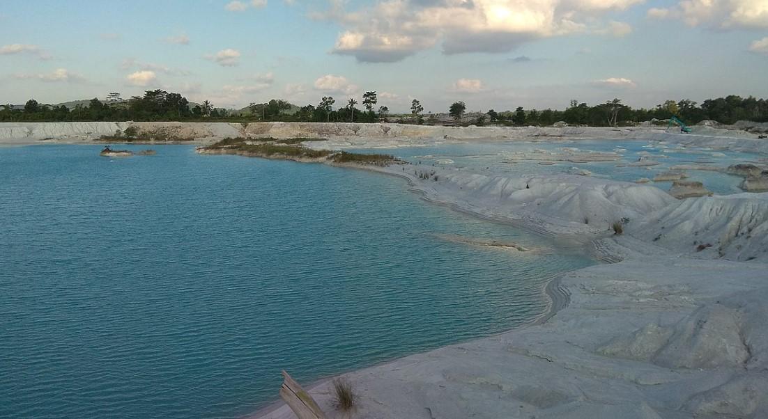 danau kaolin bekas penambangan timah di belitung