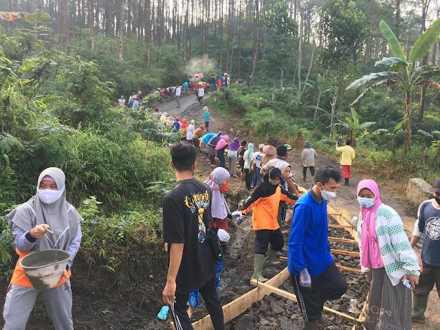 Mahasiswa KKN UMP Bersama Masyarakat Desa Kalibombong Laksanakan Gotong Royong