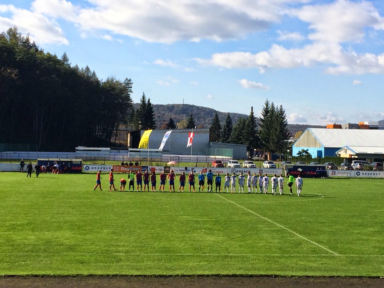 32fb10dc1b63d Dnes sa hral futbal za pekného jesenného počasia, ktoré prilákalo na  mestský štadión vo Zvolene peknú návštevu vyše 700 divákov.