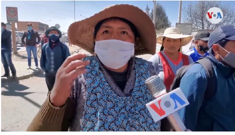 Una manifestante de El Alto, bastión de Evo Morales, explica que el bloqueo busca convocar a elecciones para el 6 de septiembre / VOA