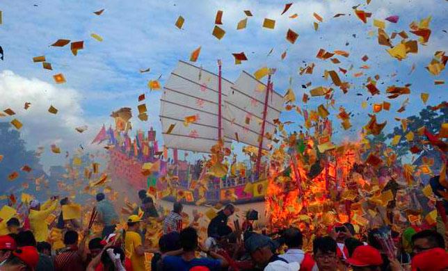 Gambar Ritual Bakar Tongkang Di Riau