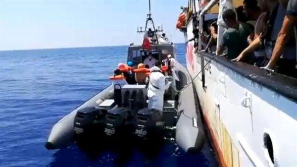 Barco humanitario de Open Arms se alista para ingresar a Italia