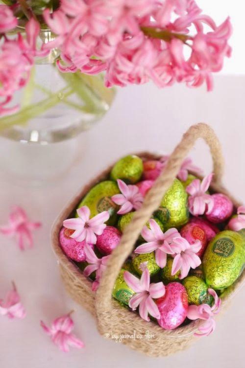 cosulet de Paste cu oua de ciocolata si flori roz zambila
