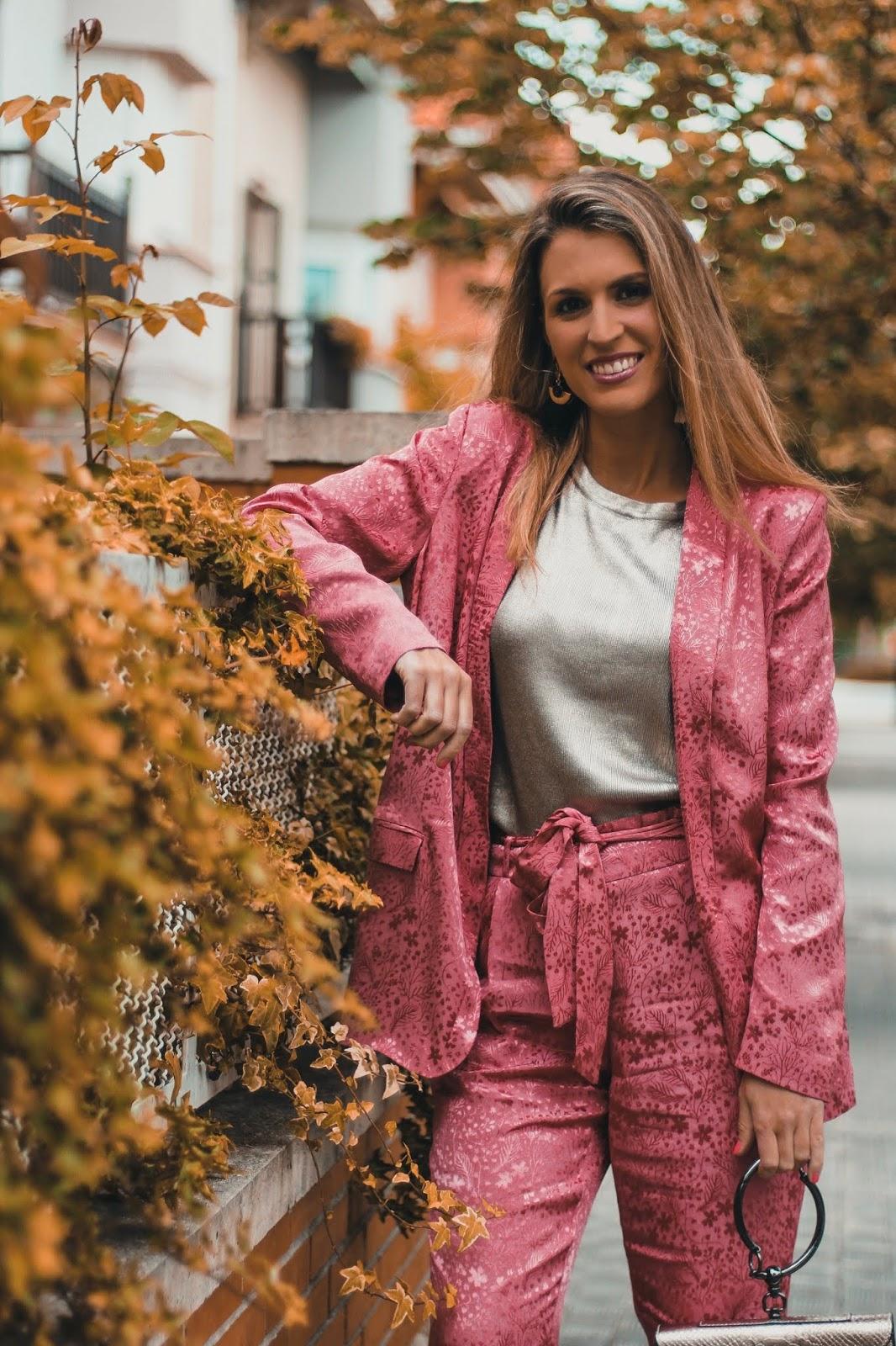 traje rosa satinado