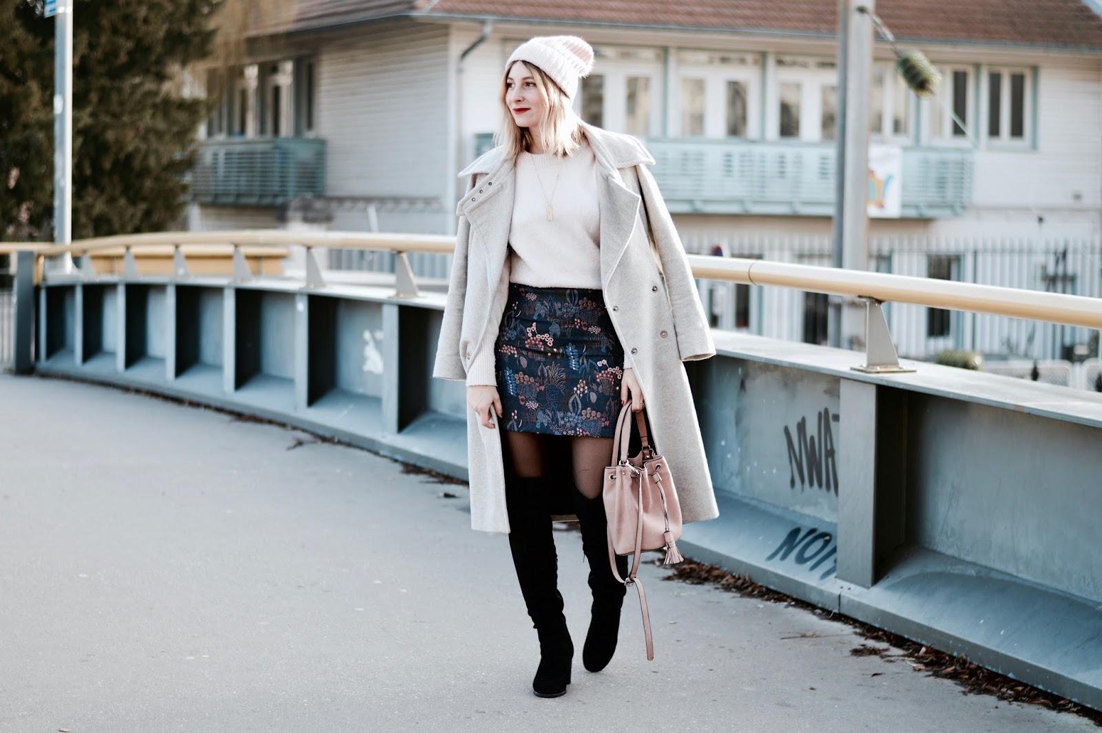 Look femme hiver : jupe jacquard et pull rose poudré
