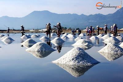 Muối dùng để trị mụn phải là muối biển hoặc nước muối sinh lý