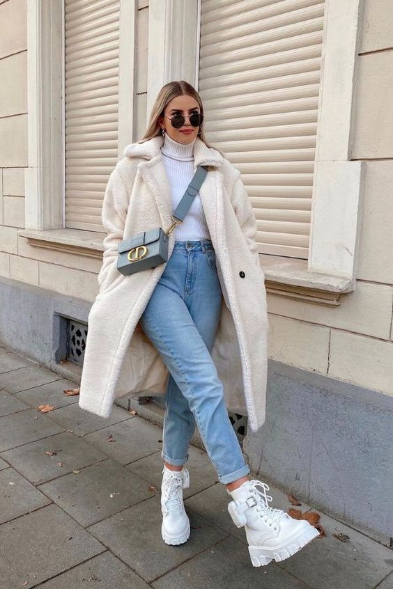 Calça jeans e coturno branco