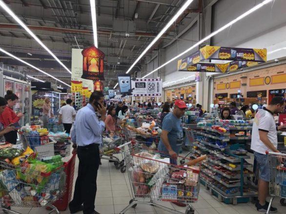 بالصور | تكدس المتاجر في قطر بعد قرار قطع العلاقات