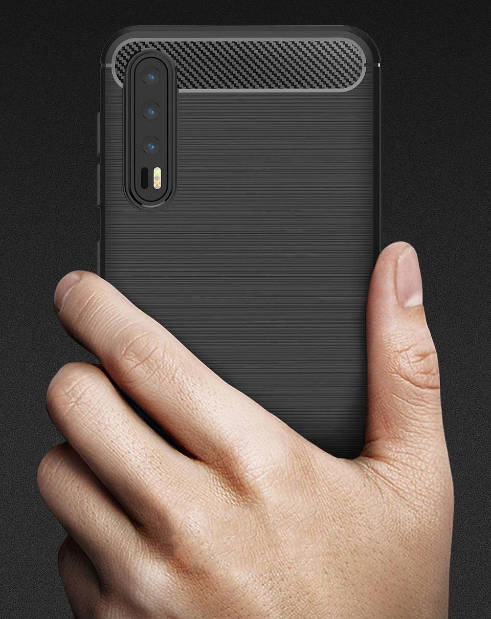 Смартфон Huawei с тремя камерами на задней панели