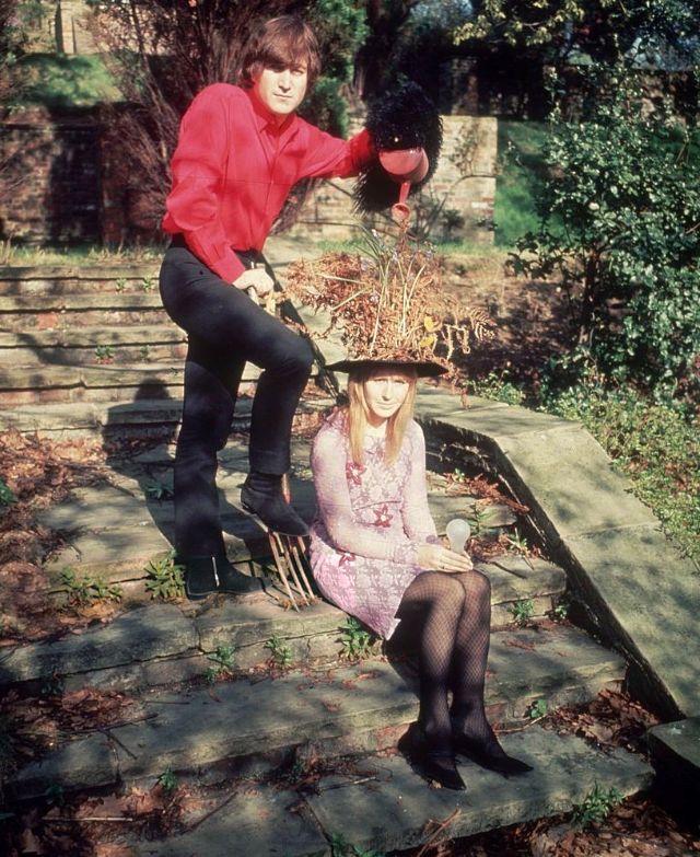 LAS FOTOS DE JOHN Y CYNTHIA LENNON EN SU CASA DE KENWOOD EN 1965