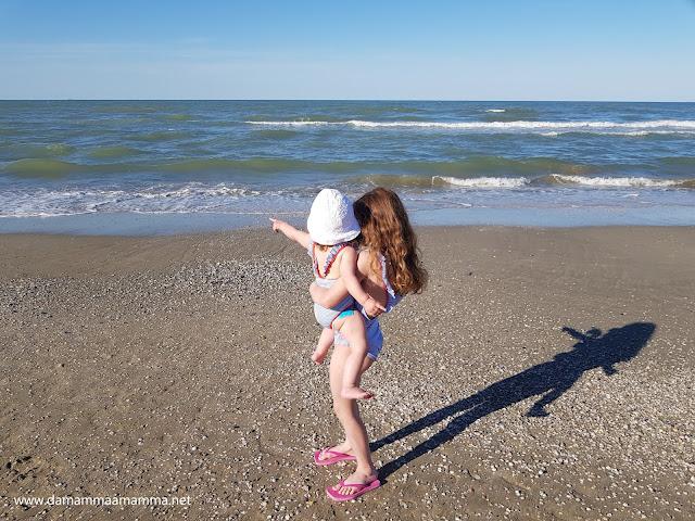 Da sola in vacanza al mare con i bambini. Come gestirli tra mare e hotel