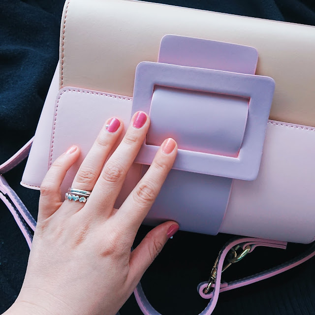 LAGUNAMOONで購入したピンクのバッグとピンクネイル