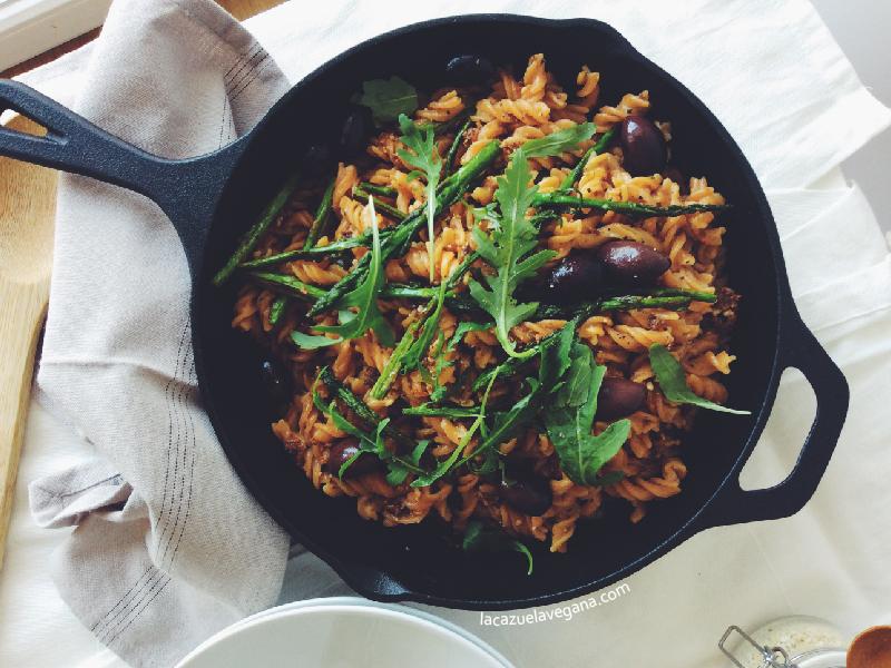 Pasta con espárragos, pesto rojo, olivas y rúcula [Sin gluten]