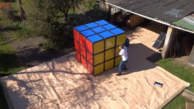 Pria Ini Merekonstruksi Rekor Dunia 3x3x3 3.47 Detik Pakai Rubik Raksasa