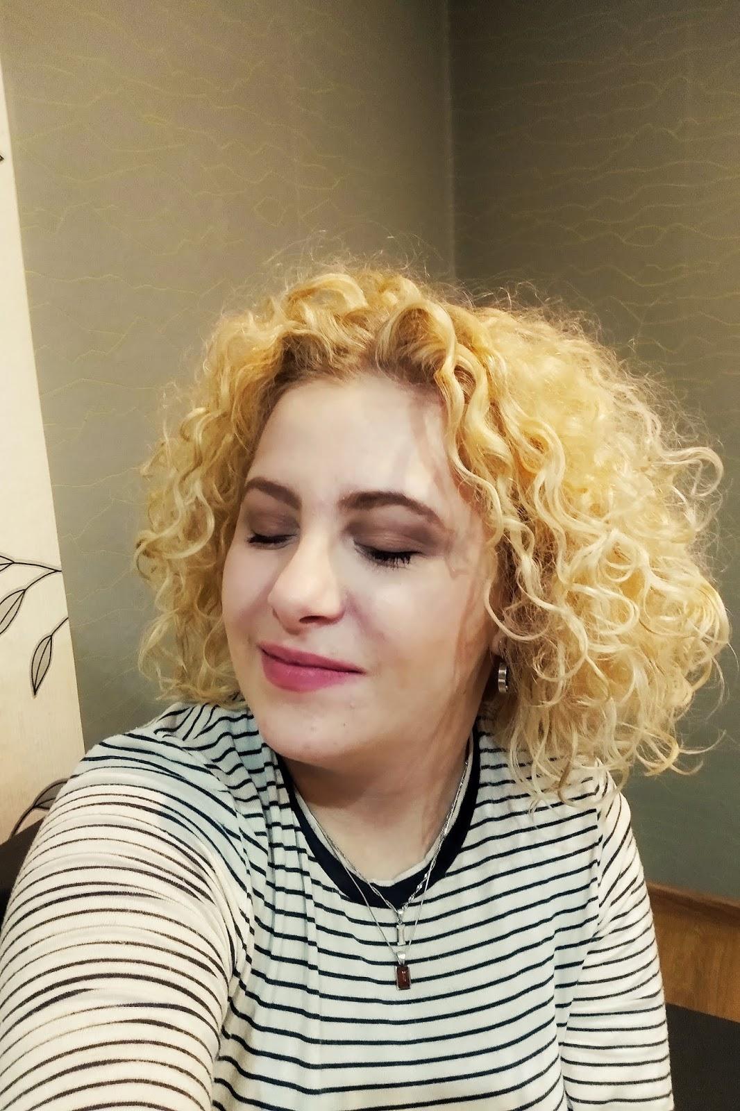 Reanimacja włosów kręconych - czym jest i jak ją wykonać?