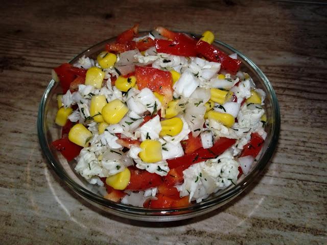 surowka z kapusty pekinskiej surowka obiadowa kolorowa zdrowa surowka lekka surowka do obiadu surowka z papryka kukurydza surowka bez majonezu w lekkim sosie koperkowym