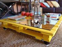 Mesa ratonacon palets de madera amarilla