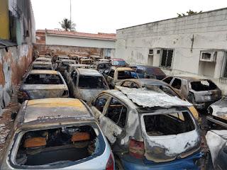 Veículos são destruídos em incêndio no pátio de delegacia