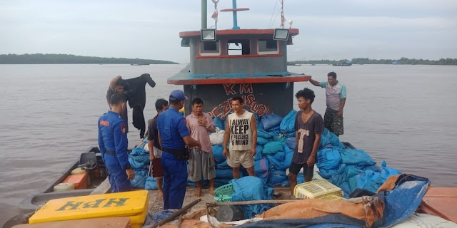 Patroli Perairan, Personil Sat Polair Polres Tanjung Balai Berikan Arahan Dan Pesan Kamtibmas Kepada Nakhoda Kapal