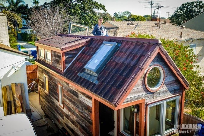 Together, they quit their jobs. They took classes in order to learn how to build a customized tiny house, one that was both affordable and ensured a minimal carbon footprint. - This Couple Quit Their Jobs To Live Off-Grid… How They Did It Will Inspire You.