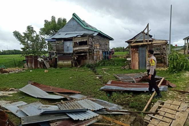 Rumah Warga Diterjang Anging Puting Beliung di Bone