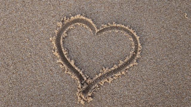 Coração Desenhado na Praia Papel de Parede 4k, hd