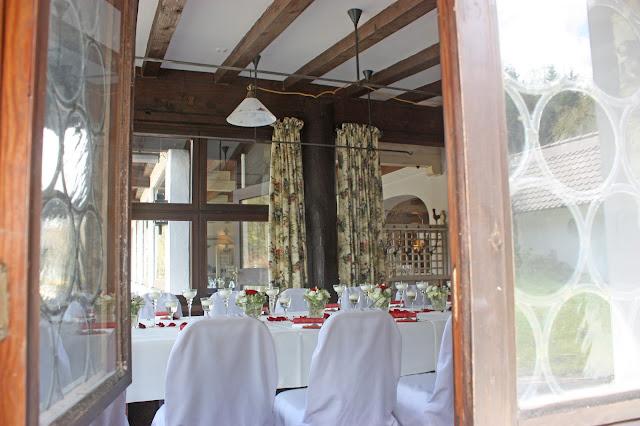 Blick durch das Fenster ins Jagdstüberl, Seehaus, Riessersee Hotel Garmisch-Partenkirchen, Hochzeitstafel - Wedding in Bavaria, Garmisch