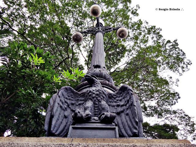 Perspectiva inferior de um Poste ornamental tipo XVIII - Parque da Independência - São Paulo