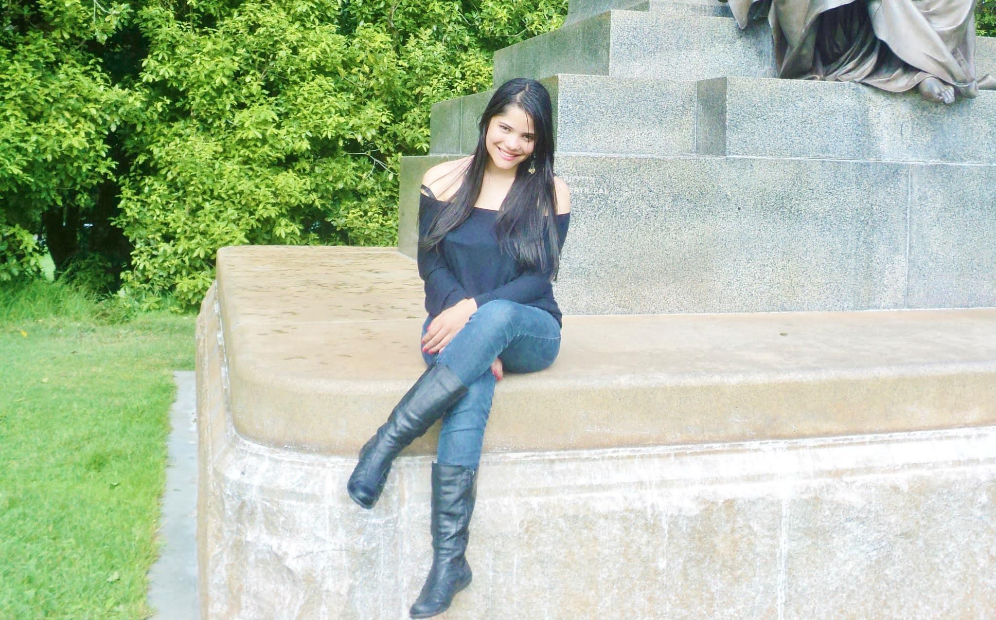 mulher sorrindo em um parque