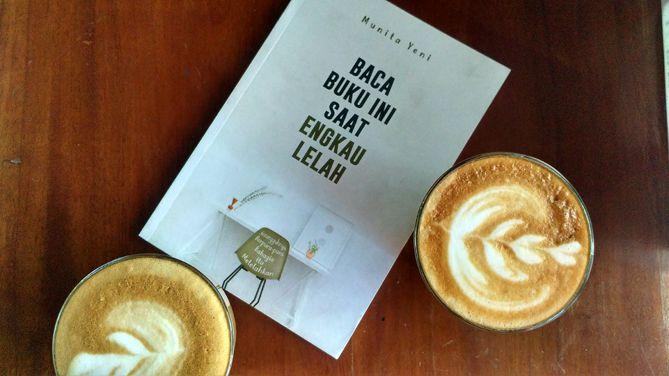 Membaca buku di kedai kopi