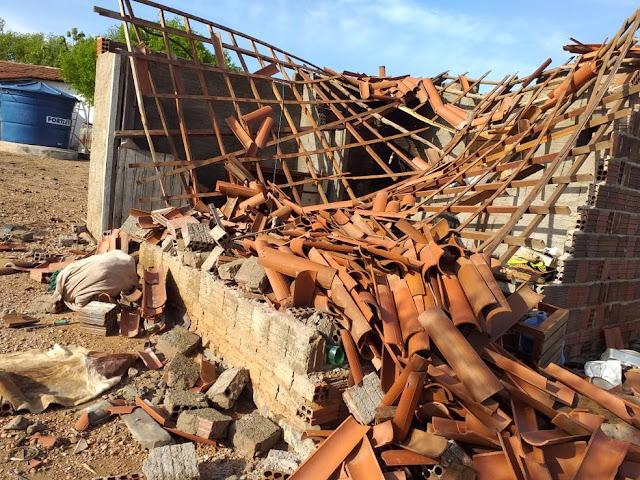 Raio atinge casa e derruba telhado e paredes no interior do RN; idoso de 82 anos tem ferimentos leves