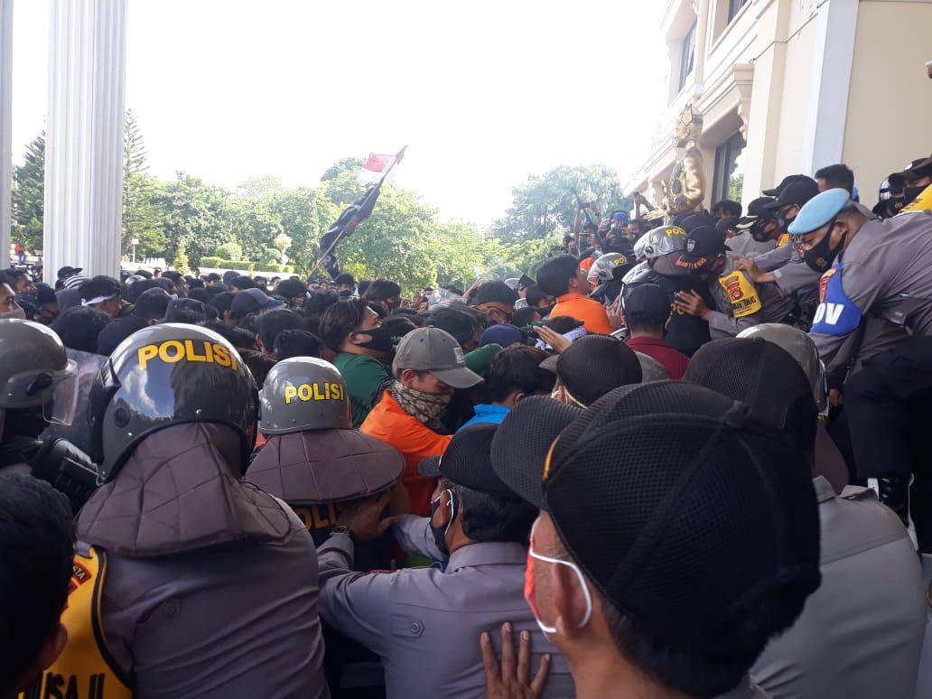 Aksi Mahasiswa Menuntut  1 Tahun Presiden Jokowi Meminpin Ricuh, Polisi dan Mahasiswa Saling Dorong