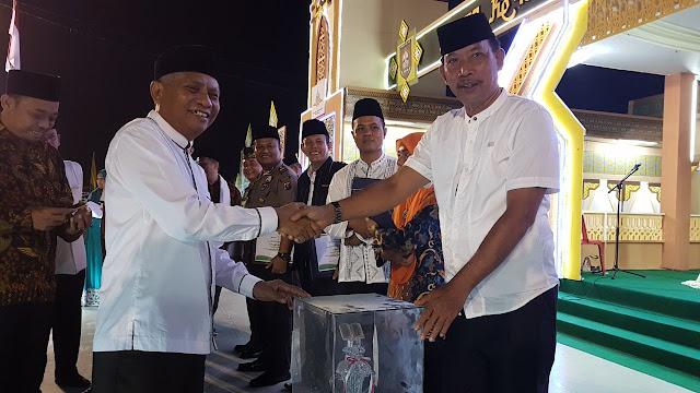 Wakil Bupati Asahan Surya BSc menyerahkan hadiah kepada pemenang lomba MTQ ke49.