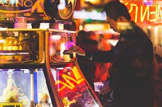 Spielen soll Spaß machen – Responsible Gaming erklärt  http://tvueberregional.de/spielen-soll-spass-machen-responsible-gaming-erklaert/   Das Spielen von Glücksspielen dient der Unterhaltung von Millionen an Menschen weltweit. Doch was für die meisten Spieler vor allem Spaß und Unterhaltung bedeutet, kann für andere unter Umständen problematisch werden. Zwar ist die Zahl an Spielern, die regelmäßig Glücksspiele spielen – sei es Lotto, Spielautomaten, Sportwetten oder auch Online-Poker – leicht rücklä....