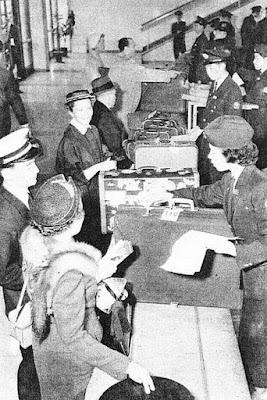 Servizio doganale all'aeroporto di Haneda negli anni '50.