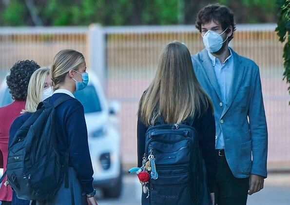 Crown Princess Leonor and Infanta Sofia arrived at the Santa Maria de los Rosales School in Aravaca. Letizia wore a white silk blouse by Boss